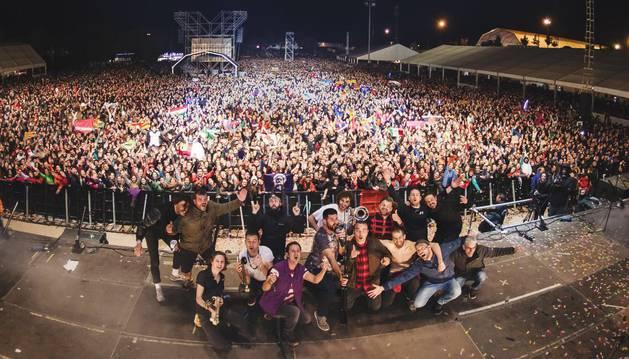 foto de El grupo La Pegatina se fotografía con los asistentes al Viña Rock 2018 al acabar su concierto.