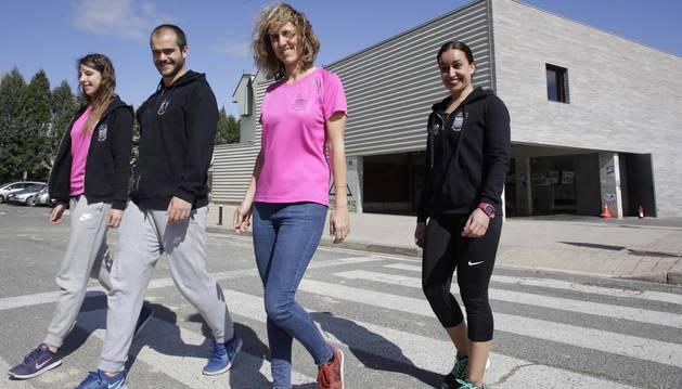 Izaskun Arraiza, Andrés Morales, Nerea Iriarte y Mari Nieves Caño cruzan la carretera frente al polideportivo de Ororbia.