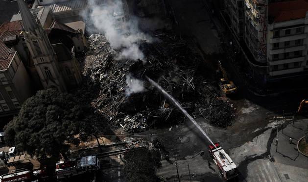 Bomberos sofocando las llamas del incendio en el centro de Sao Paulo.