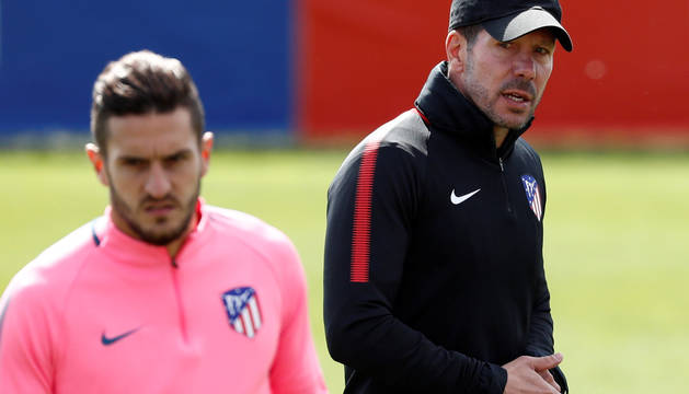 Koke y el entrenador del Atlético, Diego Simeone.
