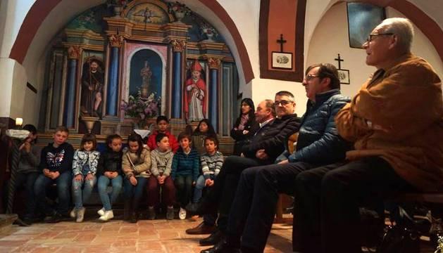 Al fondo, jóvenes que presentaron claveles en la misa.