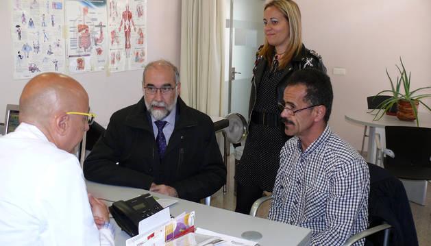 Domínguez y Lagarón, con un paciente extranjero y un médico.