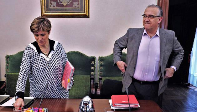 Los regionalistas Ana Elizalde y Enrique Maya poco antes de iniciarse la sesión plenaria de este jueves.