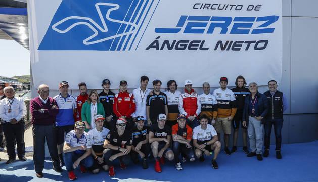 Familiares de Ángel Nieto, acompañados de numerosos pilotos.