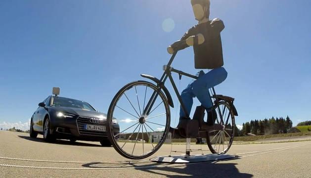 EuroNCAP emplea para la prueba una bicicleta en una plataforma móvil, con un maniquí articulado para imitar el pedaleo de los seres humanos. Se cruza en la trayectoria del vehículo, que debe detenerse por si solo. A partir de ahora, todos los vehículos qu