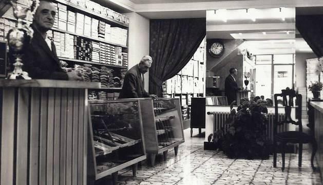 ... Y AYER En una foto de los primeros años del comercio sangüesino se puede ver a los hermanos Cándido (en primer plano) y Vicente Sola.