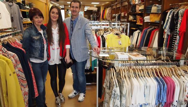 HOY... De izquierda a derecha, posan en la tienda actual de Sola Moda la trabajadora Pili Jiménez Pérez, y los miembros de la familia gestora Maite Sola Alzueta y Ángel Sola Jiménez.