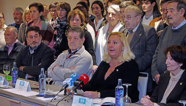 Carmen Ímaz, en primera fila, segunda por la derecha, interviene en un acto de ANVITE el pasado febrero, rodeada por otras víctimas de ETA en Navarra.