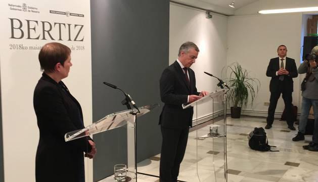 La presidenta del Gobierno de Navarra, Uxue Barkos, y el lehendakari, Íñigo Urkullu, este viernes en el Señorío de Bertiz donde han leído una declaración institucional por la disolución final de ETA.