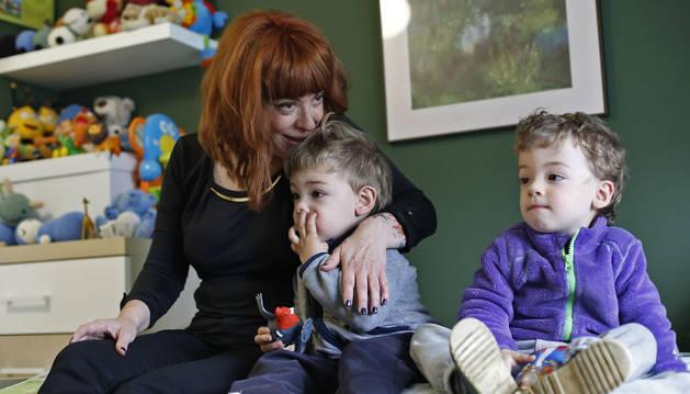 """LA MATERNIDAD, UNA EXPERIENCIA """"MUY BUENA"""". Consultó con el neurólogo si había algún impedimento para quedarse embarazada, pero él le dijo que  vida normal, que ya estaba recuperada. Trece años median entre su ictus y el nacimiento de sus hijos. Ella ha vivido la maternidad como una experiencia buena, sin sentirse sobrepasada a pesar de las secuelas en el lado derecho de su cuerpo. """"Fíjate que hasta pensé en ir a por la niña..."""", confiesa. Pero al final se lo pensó mejor. Urko (el de pantalón azul) y Asier (con chaqueta morada) han revolucionado la vida de toda la familia."""