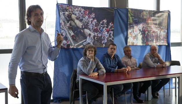 """De izquierda a derecha, los expertos en el encierro Javier Belloso, Daniel Oteiza, Gorka Azpilikueta, Miguel Araiz """"Rastrojo"""" y Gerardo Goñi participaron en la mesa redonda."""