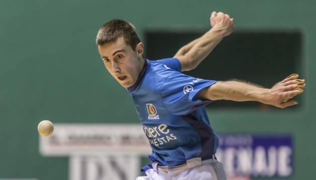 Joanes Bakaikoa golpea a una pelota en el transcurso de un partido anterior.