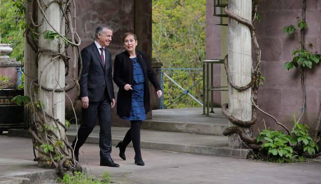 foto de El lehendakari vasco Iñigo Urkullu y la presidenta foral Uxue Barkos, junto al Palacio del Señorío de Bertiz.