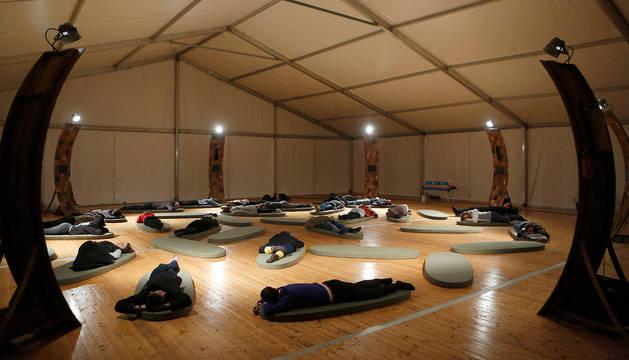 La treintena de participantes ayer nada más comenzar la experiencia 'The Night, visioning a postcapitalist society while we sleep', en la Ciudadela de Pamplona.