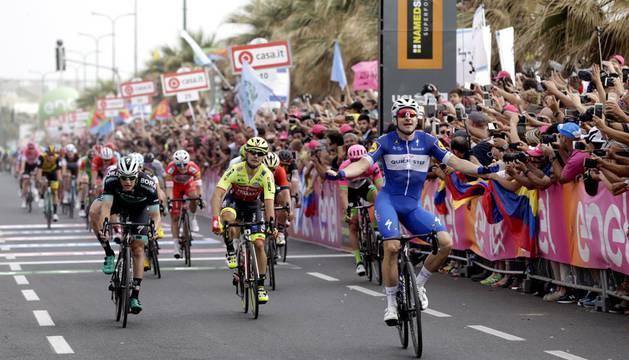Elia Viviani, del Quick Step Floors, celebra su victoria en la segunda etapa del Giro 2018