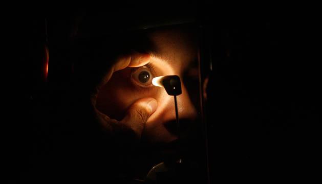 foto de Un oculista examina el ojo de un paciente.