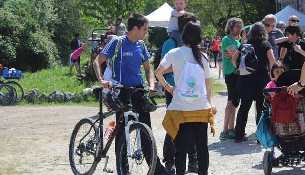 Multitud de ciclistas participaron en la ruta organizada con motivo del Día de las Vías Verdes.