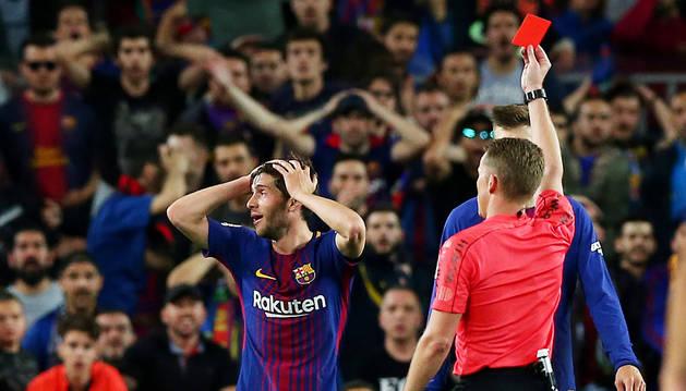 Un Barça en minoría aguanta la imbatibilidad en un Clásico de alto voltaje