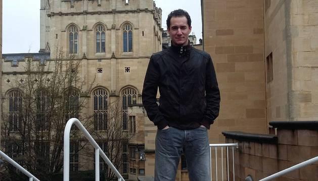 Luis Solabre Valois, junto al edificio central de la Universidad de Bristol.