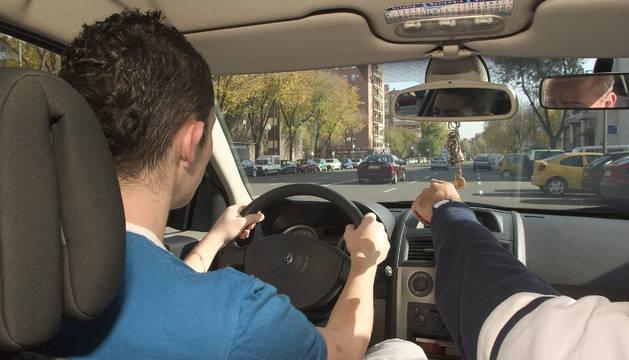 Un alumno realiza el examen para obtener el carné de conducir.