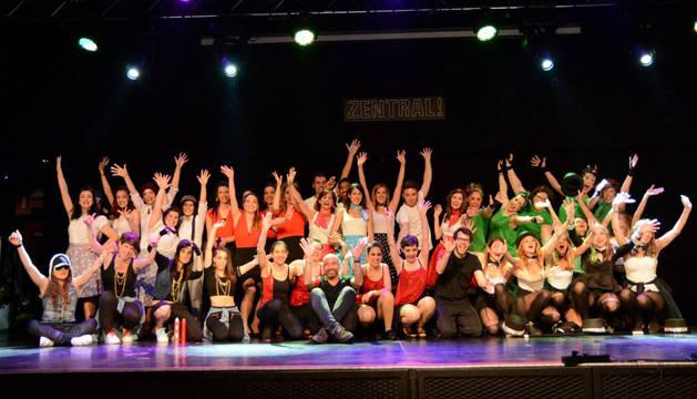 foto de Los equipos de Corporate Dance posan unidos para la foto tras el final de la competición.