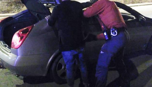 La Policía Foral detiene a un varón por un delito de violencia de género.