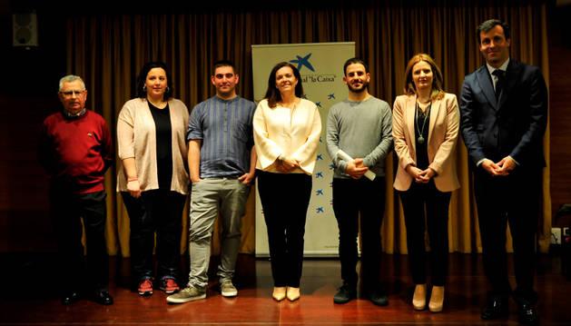 Representantes municipales, de la mancomunidad y de CaixaBank en el acto de ayer en Olite.