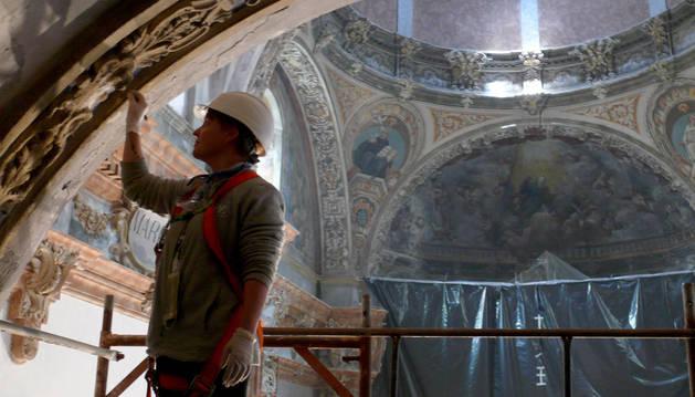 Una empleada trabaja en la rehabilitación de la capilla de la Virgen de la Barda, patrona de Fitero.