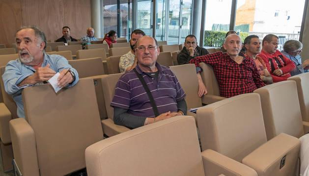 foto de Uno de los asistentes a la reunión sobre el plan director realiza una pregunta a la mesa.