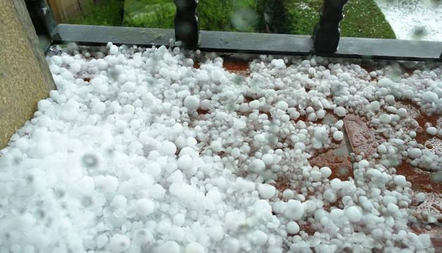 Imagen del granizo caído en Aguilar de Codés entre las 16.40 y las 17 horas.