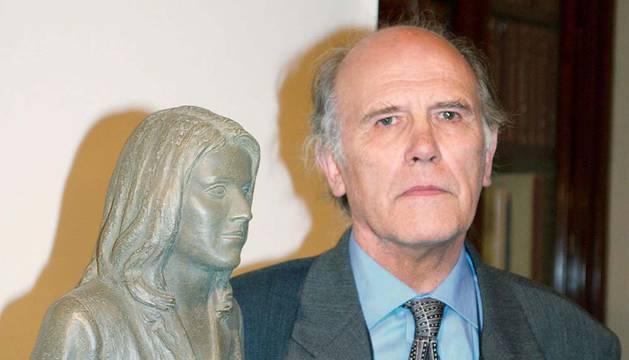 Julio López Hernández posa junto a la escultura que realizó de Letizia Ortiz con ocasión de su boda.