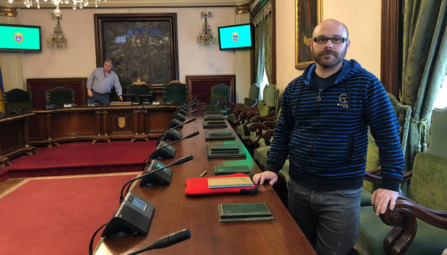 FOTO DE rmando Cuenca (Aranzadi), ayer en el salón de plenos con el alcalde Joseba Asiron (Bildu) al fondo.
