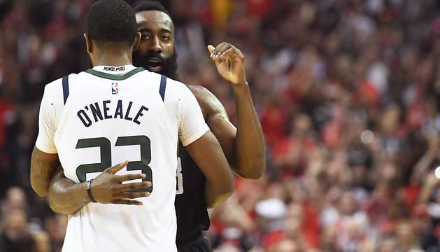 Harden saluda a Royce O'Neale tras la victoria de los Rockets.