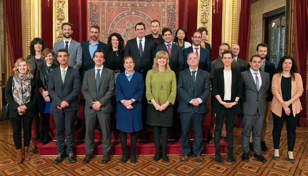 foto de La presidenta Barkos, la consejera Ana Ollo y el delegado en Bruselas, Mikel Irujo, junto con los representantes de las empresas.
