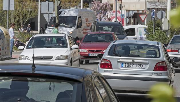 Tráfico en el Sector B de Estella, en el entorno del polideportivo de la ciudad.