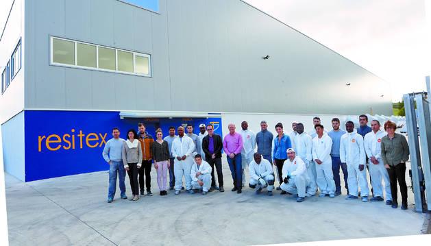 Resitex emplea a 45 trabajadores. La plantilla hace un año era de 34 personas. Ayer, frente a sus instalaciones en el polígono Comarca II de Esquíroz.