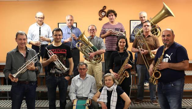 Foto de familia de los integrantes de la nueva fanfarre de Barañáin, en la que sus integrantes son todo adultos.