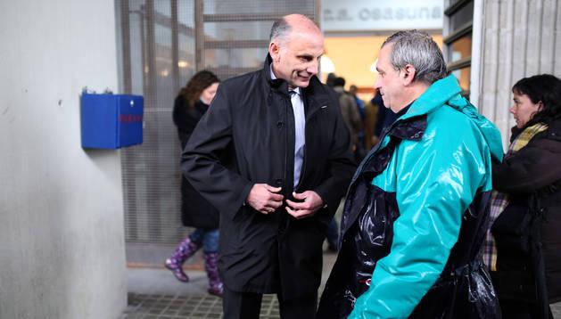 Ángel Martín González saluda a un jardinero de El Sadar en una de sus últimas visitas al estadio rojillo.