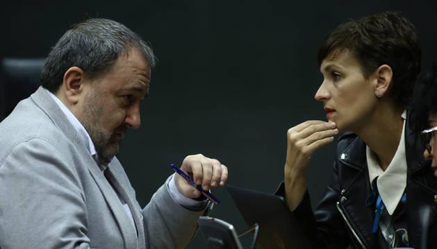 José Miguel Nuin, de I-E, y María Chivite, del PSN, dos de los grupos firmantes, en el Parlamento.