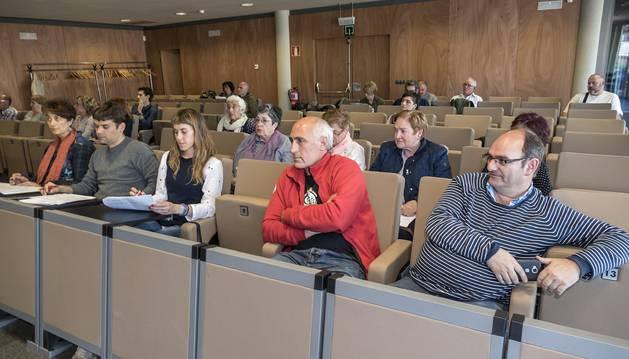 Asistentes a la asamblea. En primera fila desde la izquierda, Mariví Sevilla y Pablo Azcona.