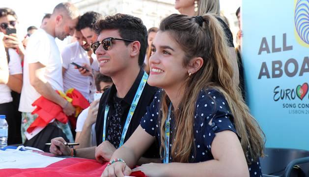 Amaia y Alfred, en un encuentro con la prensa y sus seguidores en Lisboa a un día para Eurovisión.