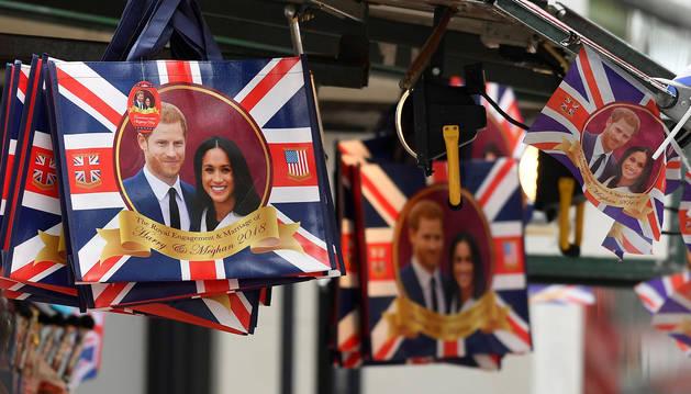 Puestos de regalos con imágenes del príncipe Harry y Meghan en Oxford Street, Londres.