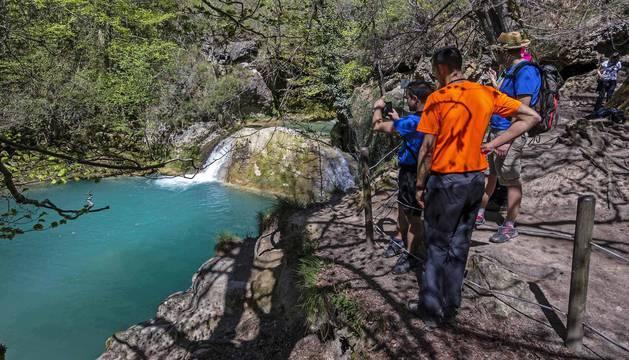 Su tono azul turquesa atrapa la mirada de visitantes al Nacedero de  Urederra.