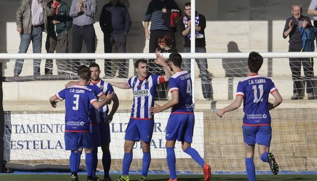 Los jugadores del Izarra celebran un tanto en el derbi ante Osasuna Promesas