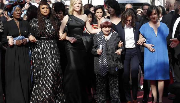 Cate Blanchett y la veterana realizadora francesa Agnès Varda, más de 80 mujeres de todos los ámbitos del cine desfilaron este sábado por la mítica alfombra roja del Festival de Cannes para reafirmar su presencia en la industria del cine