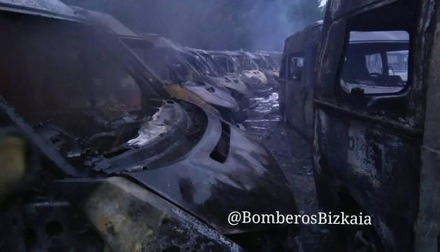 Ambulancias calcinadas en la base de Arrigorriaga