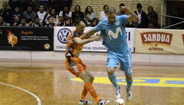 David, del Aspil-Vidal Ribera Navarra, disputa un balón con Elisandro, del Movistar Inter.