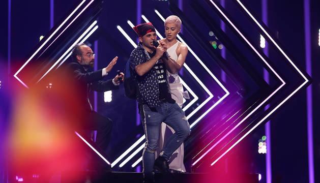 Momento en el que el espontáneo le quita el micrófono a la cantante de Reino Unido.