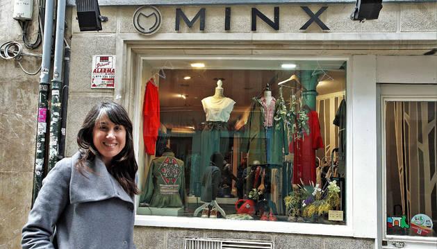 María San Miguel Pascual, junto al escaparate de su tienda de ropa y complementos Minx.