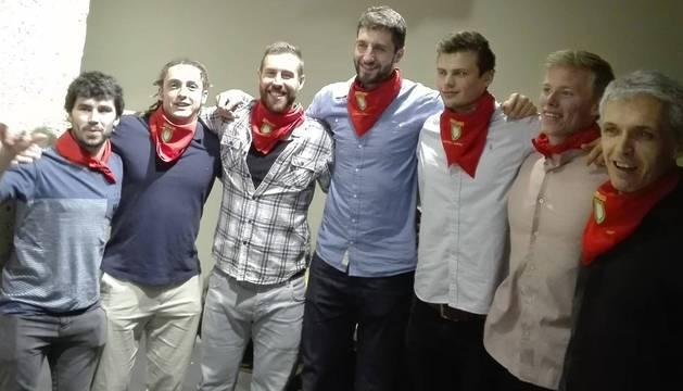 Balenciaga, Oswaldo, Mota, Cristian, Sergey, Nordlander y Apetzetxea, con los pañuelicos de recuerdo.